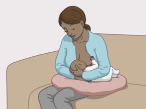 Exemple d'allaitement2: la mère est assise et le bébé est couché devant elle.