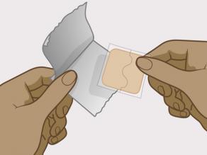 Shkëputni ngjitësin dhe mbështjellësen plastike nga qesja.